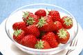 タイトル:皿に盛られたイチゴ(紅ほっぺ)