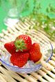 タイトル:皿に盛られたイチゴ(さがほのか)