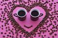 タイトル:顔の形に並んだコーヒー豆とコーヒー
