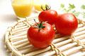 タイトル:トマト3個とオレンジジュース