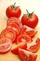 タイトル:2個のトマトとカットされたトマト