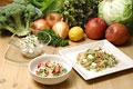 タイトル:3種類のサラダと複数の野菜