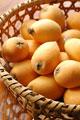 タイトル:籠に盛られたビワ