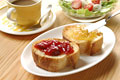 タイトル:フランスパン(バタール)とコーヒーとサラダ