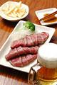 タイトル:牛肉のたたきとビール