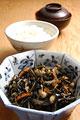タイトル:ひじきの煮物とご飯