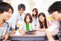 タイトル:タブレットPCを見る大学生