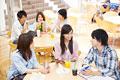 タイトル:食堂で談笑する大学生