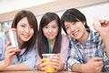タイトル:食堂で微笑む大学生