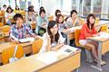 タイトル:講義を受ける大学生