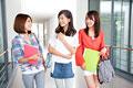 タイトル:廊下で談笑する女子大学生
