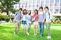 タイトル:キャンパス内で微笑む大学生