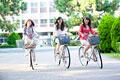 タイトル:自転車で並走する女子大学生