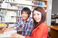 タイトル:図書館で勉強する大学生