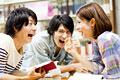 タイトル:図書館で爆笑する大学生