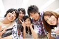 タイトル:笑顔の大学生
