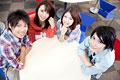 タイトル:テーブルに座って微笑む大学生