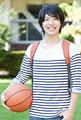 タイトル:バスケットボールを持って微笑む男子大学生
