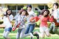 タイトル:笑顔でジャンプする大学生