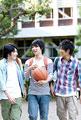 タイトル:キャンパス内を歩く男子大学生