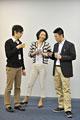 タイトル:コーヒーを飲みながら談笑する男女3人