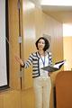 タイトル:プレゼンテーションをする女性