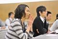 タイトル:講義を聞く女性の横顔
