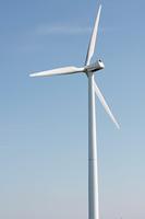 A wind turbinde and a blue sky