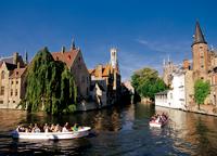 ブルージュの運河と観光船