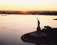 自由の女神と夕日