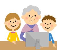 孫とパソコンに向かう高齢者
