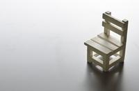 グレー背景の椅子