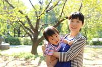 親子 赤ちゃんを抱っこする母親