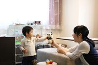 パンダのぬいぐるみで遊ぶ親子