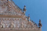 イ国ペッブリー県の寺院ワット・マハータートの屋根の装飾