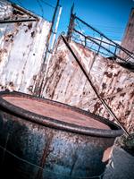 ドラム缶と鉄の門