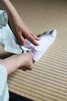 足袋を履く:縦位置
