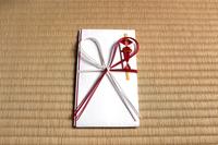 畳の上の祝儀袋:横位置
