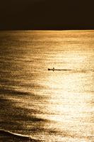 朝焼けの海と漁船