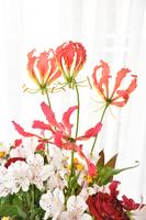 薔薇とユリ科の花