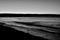 日の出前の三日月とサーファー
