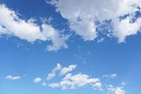 晴れた日の風に吹かれる雲