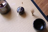 金継された抹茶茶碗と茶道具(横位置)