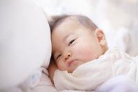 ベッドの上の赤ちゃん