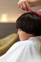 散髪する男の子