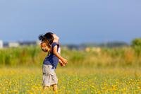 野原で遊ぶ子ども