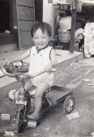三輪車に乗る男の子