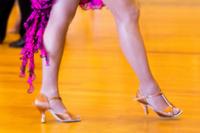 社交ダンスをする女性の足元