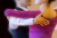 社交ダンスをする若い男女