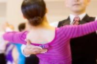 社交ダンスをする若い女性